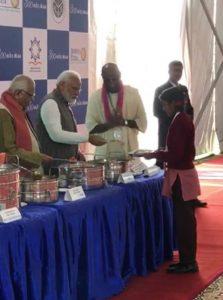 पीएम मोदी ने वृंदावन में अपने हाथों से बच्चों को परोसा खाना, बच्ची मासूमियत से बोली 'हम सुबह खाकर आए हैं'