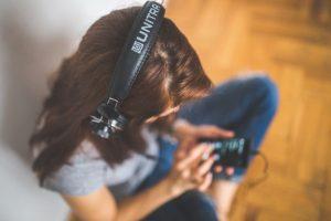 4 मिनट से ज्यादा न लगाएं कानों में हेडफोन, 12 से 35 की उम्र के लोगों को ज्यादा खतरा