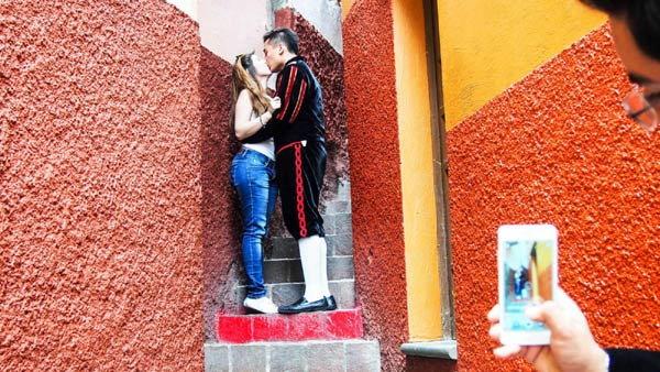 kiss street