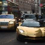 सड़कों पर मच गया कोहराम जब ये टूरिस्ट लेकर निकला करोड़ों की गोल्ड प्लेटेड कारों का काफिला