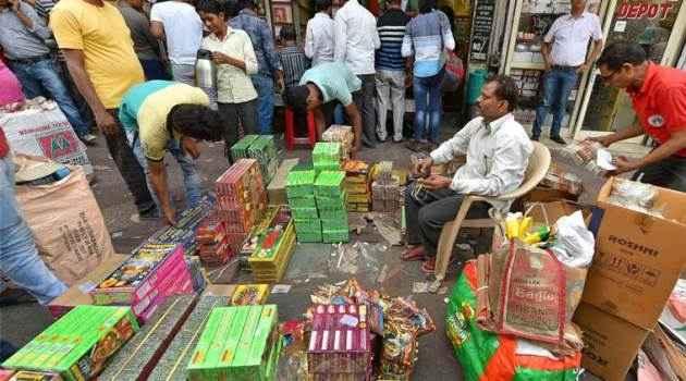 दिल्ली-एनसीआर में पटाखों की बिक्री पर लगी रोक, क्या है आपकी राय?