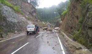 बारिश-लैंडस्लाइड ने मचाई हिमाचल प्रदेश में भारी तबाही, 5 मौतें और कई हाइवे हुए बंद