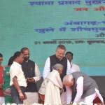 104 साल की उम्र में भी किया ऐसा काम, पीएम मोदी ने मंच पर किए चरणस्पर्श
