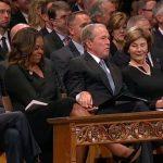 शोकसभा के दौरान जॉर्ज बुश ने मिशेल ओबामा को दी टॉफी, सोशल मीडिया पर बिखरी मुस्कान