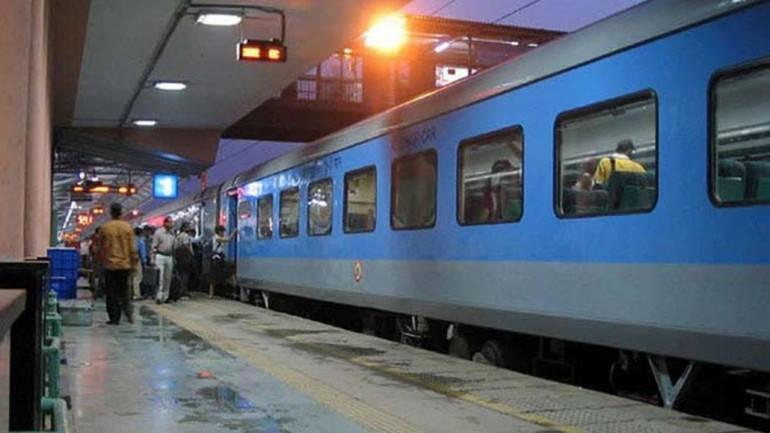रेलवे हुआ यात्रियों की हरकत से परेशान, अब ट्रेन में नहीं मिलेगी ये सुविधा!