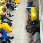 चेन्नई एयरपोर्ट के फर्श पर सोते दिखे धोनी, सोशल मीडिया पर वीडियो हुआ वायरल