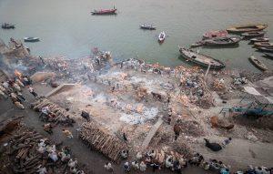 होली 2019 : चिताओं की राख से खेलते हैं मणिकर्णिका घाट पर होली, 350 साल पुरानी है परम्परा