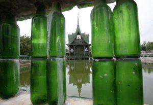 दुनिया भर में मशहूर है बीयर की बोतलों से बना यह मंदिर, देखें दिलचस्प तस्वीरें