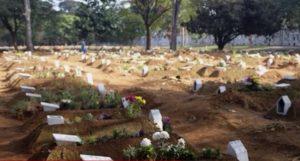 एक कब्र में दफनाए जा रहे कई शव, इस देश के लिए काल बना कोरोना